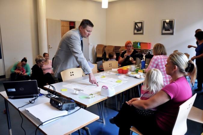 Ekokoti (Green Home) project team visiting a mothers' meeting at the Mannerheim league for child welfare family cafe. Photo: Johanna Laukkanen